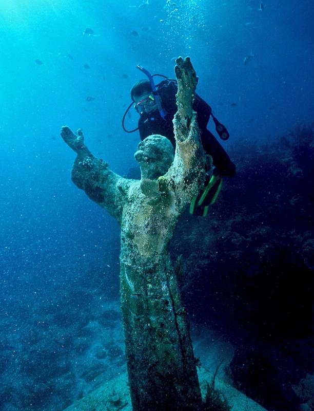 Бронзовая статуя Иисуса Христа